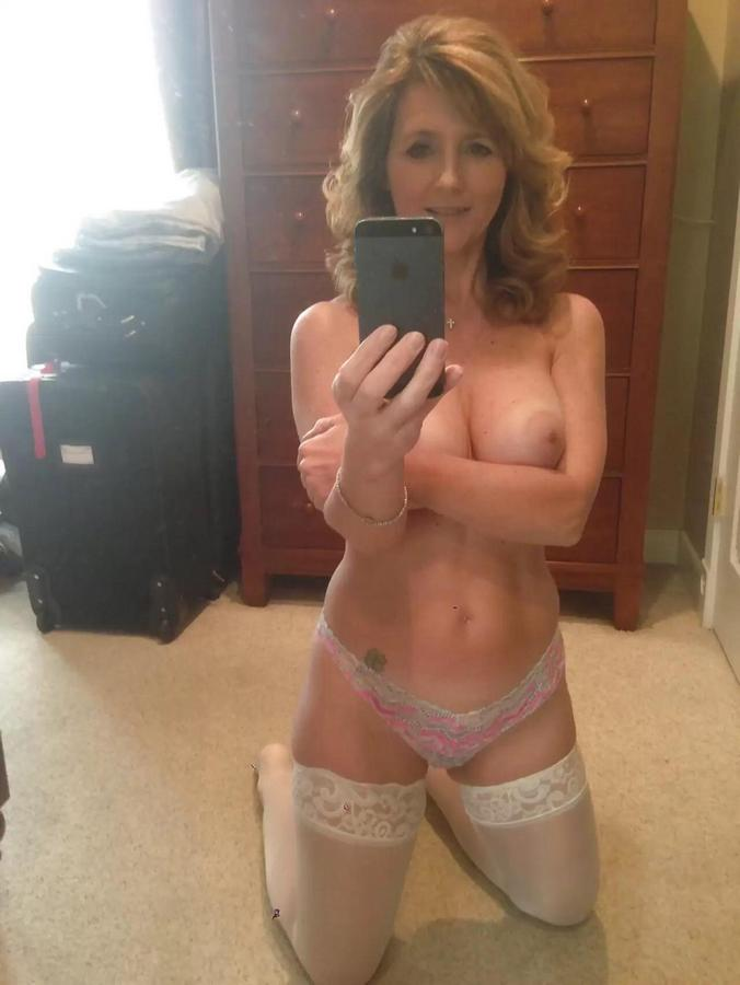 Busty Milf On Her Knees Taking A Selfie Nude-7358